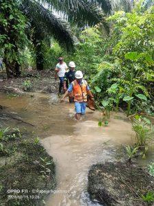 Area Controller 1 mengangkat sepatu safety dikarenakan kondisi Banjir di Areal tersebut